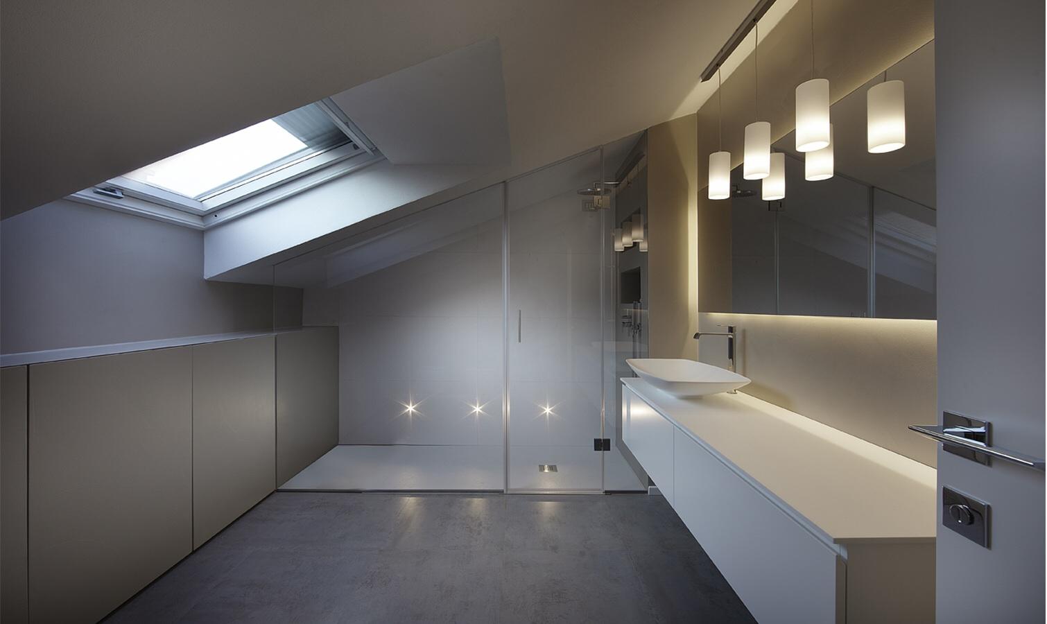 Bagni mansardati bagno in mansarda con parete decorata with bagni